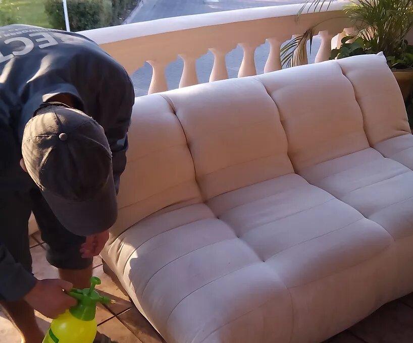 Распыляем равномерно наносим химию по дивану